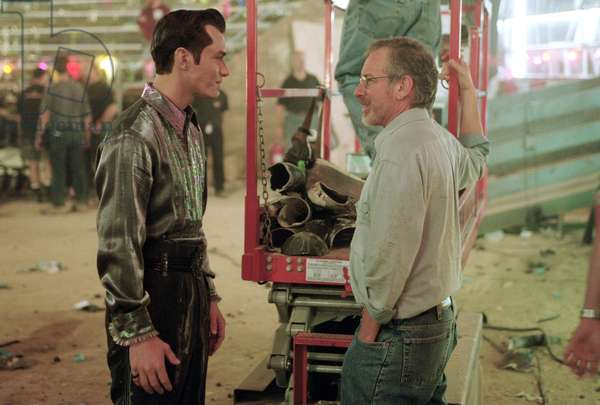 ARTICIAL INTELLIGENCE AI 2001 directed by STEVEN SPIELBERG On the set, Steven Spielberg and Jude Law (photo)