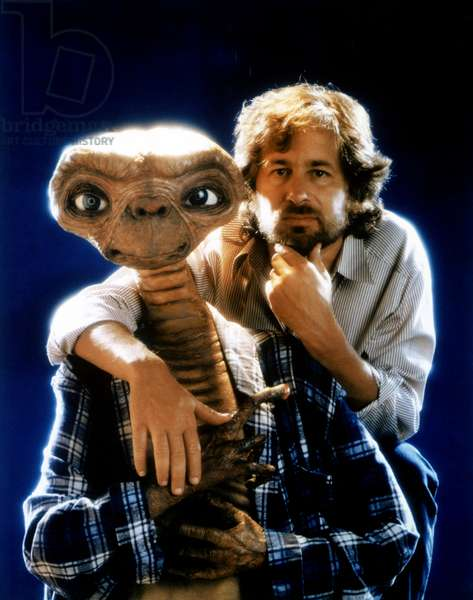 Le realisateur Steven Spielberg with E.T. sur le tournage du film E.T. L'Extra-Terrestre, 1982 --- Director Steven Spielberg with E.T. on set of film E.T. The Extra Terrestrial, 1982 (photo)
