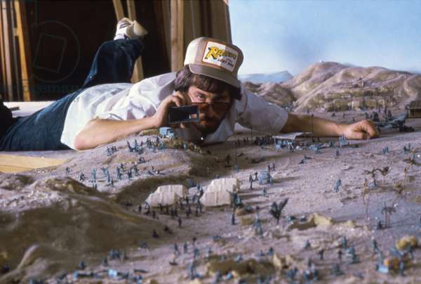 RAIDERS OF THE LOST ARK, 1981 directed by STEVEN SPIELBERG On the set, Steven Spielberg (photo)