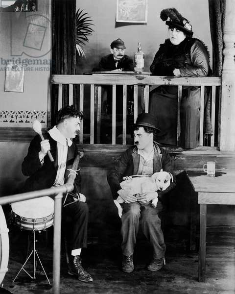 Une vie by chien A dog 's life, by and with Charlie Chaplin (Charlot) assis with le chien Mut (Scraps)., 1918. --- A dog 's life by and with Charlie Chaplin (the tramp) sitting with the dog Mut (Scraps)., 1918 (b/w photo)