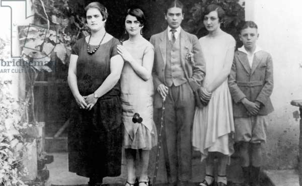 Frida Kahlo dressed in men's clothing (center), with her mother Matilde, sister Cristina, and other family members, Mexico, 1926 (b/w photo)