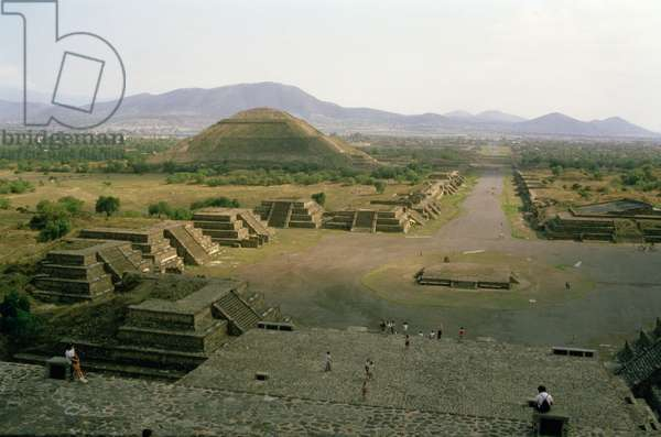 Avenue of the Dead showing the Pyramid of the Sun in the background (photo)
