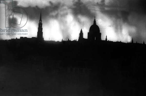 The London skyline during the air raid of the 29th December 1940 (b/w photo)