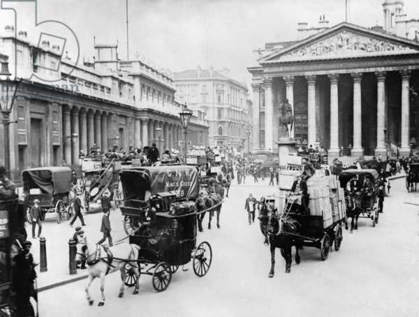 The Bank of England at the turn of the 20th century (b/w photo)