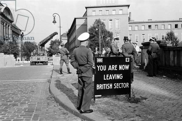 Soldiers patrolling the Berlin Wall at the British Sector, October 1961 (b/w photo)