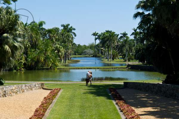 A couple kissing in the Fairchild Tropical Botanical Gardens (photo)