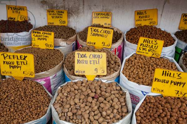 Dog food for sale at the Spice Bazaar in Istanbul's Bazaar District (photo)
