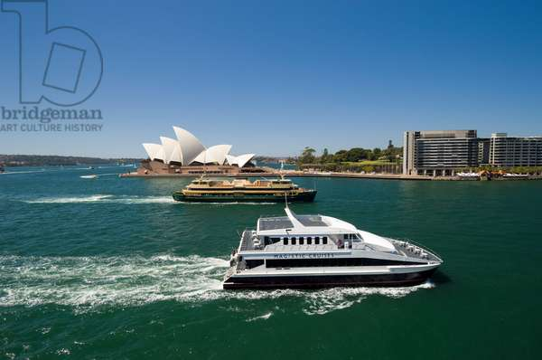 Ferries passing near the Sydney Opera House (photo)