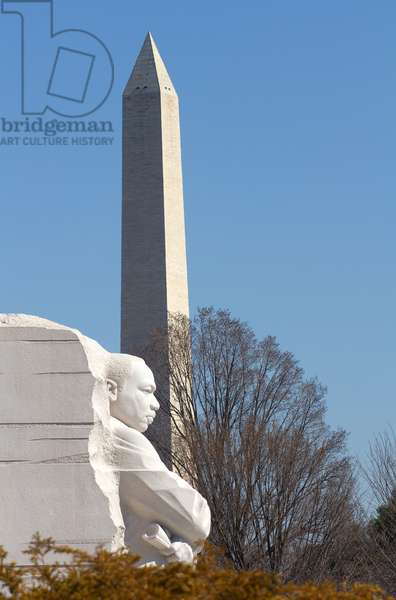 Statue of Dr Martin Luther King, Jr, and the Washington Monument (photo)