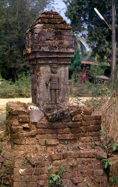 Thailand: Crumbling boundary marker with figure of Thai soldier, Thailand-Burma frontier, Tak Province, northern Thailand