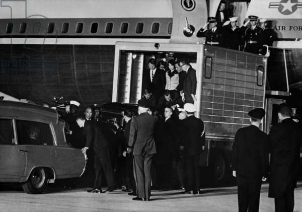 Arrival of the body of president John Kennedy in Washington airport (on board of Air Force One), in the ambulance behind the coffin are Jackie Kennedy and Robert Kennedy november 22, 1963