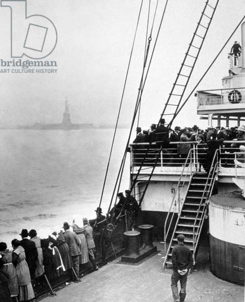 Arriving of immigrants in Ellis Island, New York, photo by Edwin Levick, c. 1905