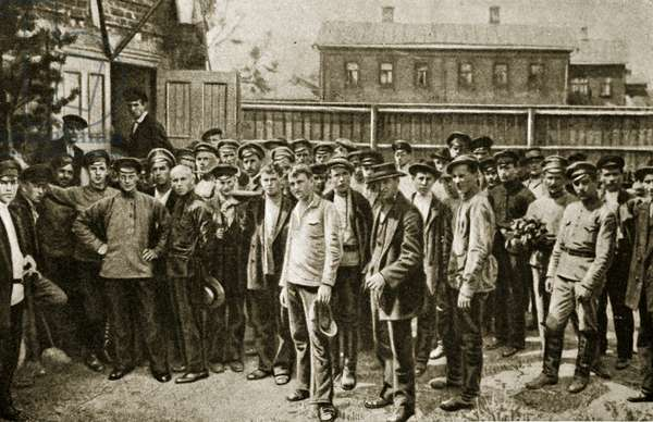 Workers mustering to resist Kornilov, Petrograd (photogravure)