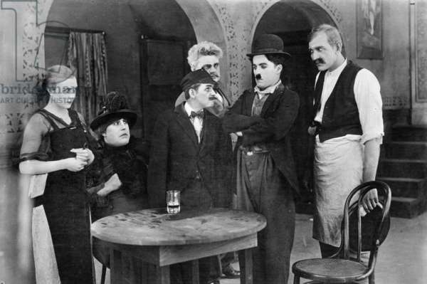 A dog 's life by Charlie Chaplin, with Edna Purviance (the singer, left), Charlie Chaplin (the tramp). Los Angeles (Chaplin Studios), 1918.