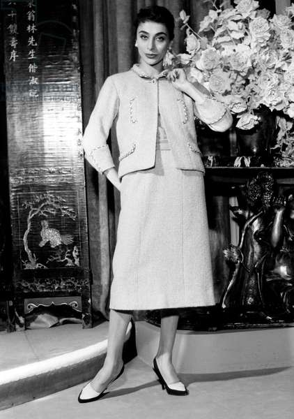 model presenting Chanel suit for spring-summer collection, 1957