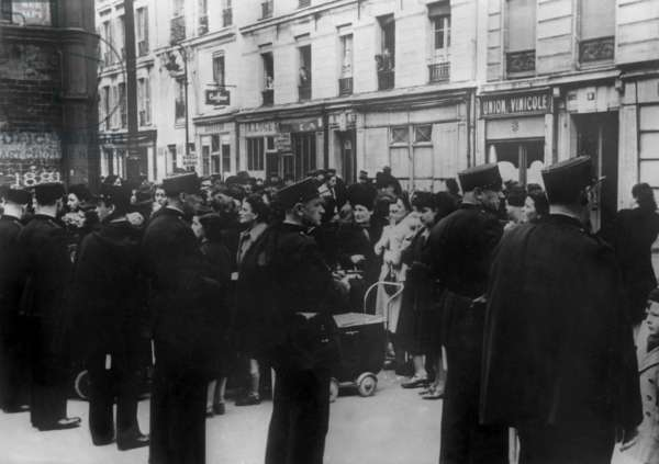 French police arresting jews during second world war