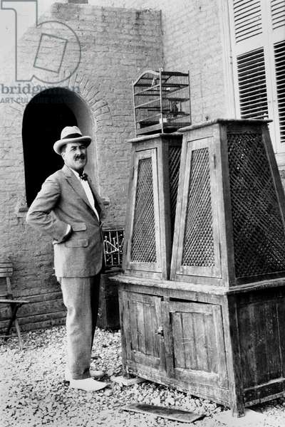 English archaeologist Carter in front of the tomb of Tutankhamen in the Valley of Kings in Egypt in 1923