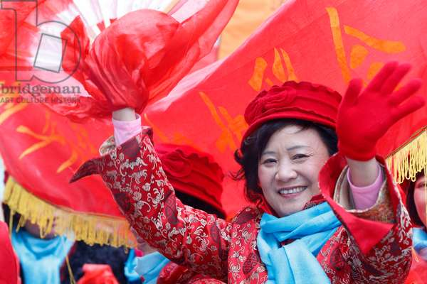 Chinese New Year, Women wearing red, the chinese colour for good luck (photo)