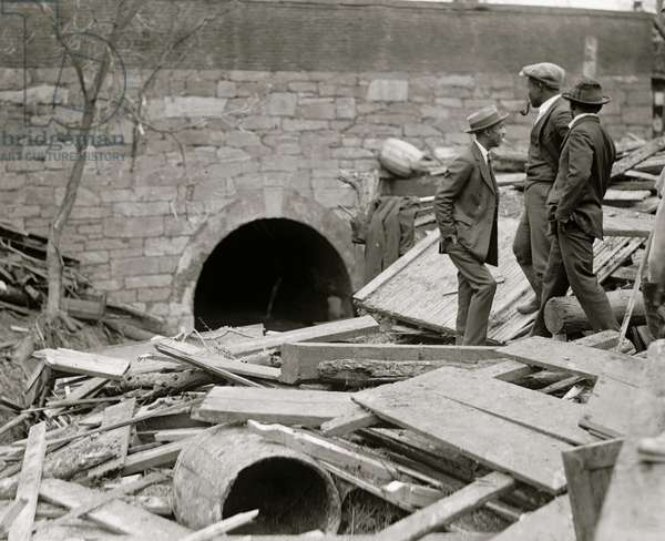 African Americans examine the build up of detritus from Flood in Washington, DC 1923 (photo)