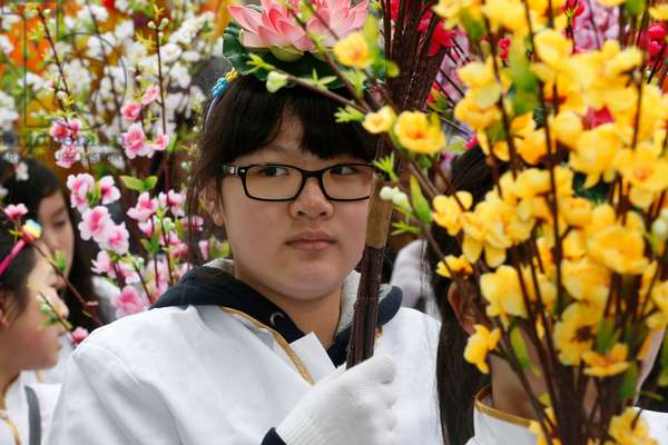 Chinese New Year, Girl carrying flowers (photo)