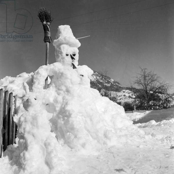 Snowman in the winter sun, Germany 1930s (b/w photo)