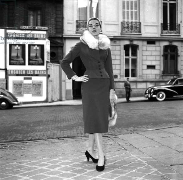 Presentation on August 18, 1954 of Fashion By Jacques Fath For Winter 1954-1955 (b/w photo)
