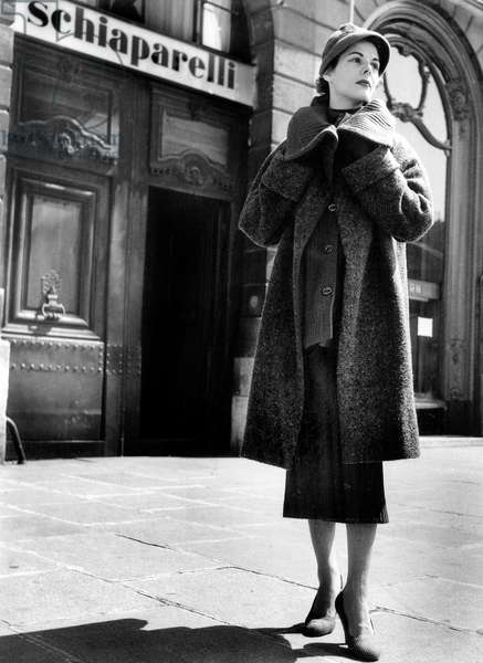 Elsa Schiaparelli 'S Fashion August 10, 1953 on Place Vendome in Paris (b/w photo)