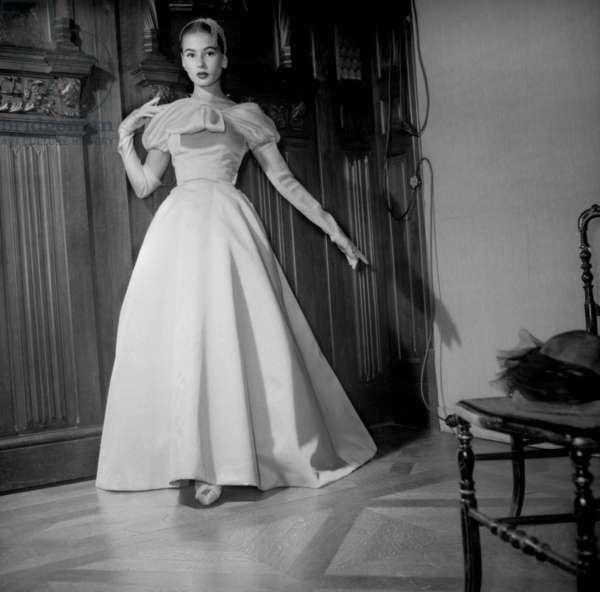 Givenchy Fashion For Autumn-Winter 1954-1955, Presentation on August 9, 1954 : Evening Dress (b/w photo)