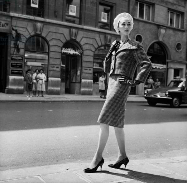 Presentation on August 26, 1959 of Fashion By Pierre Cardin For Autumn-Winter 1958-59 : Woman'S Suit (b/w photo)