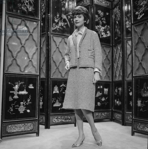 Presentation of fashion by Chanel, Autumn/Winter 1960 - 1961, Paris : a suit (b/w photo)