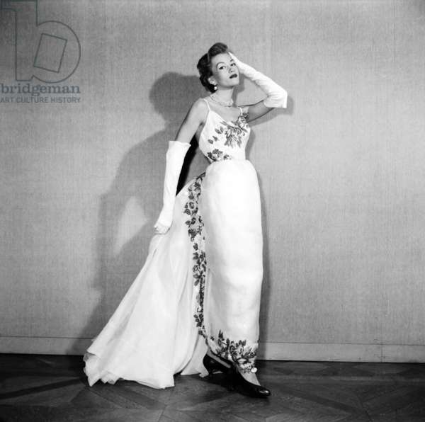 Presentation on February 18, 1953 of Fashion By Hubert De Givenchy : Evening Dress (b/w photo)