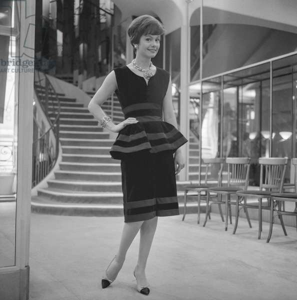 Presentation of fashion by Chanel, Autumn/Winter 1960 - 1961, Paris : a black velvet dress (b/w photo)