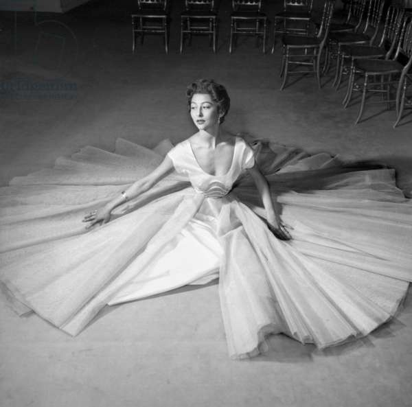 Carven Fashion For Autumn-Winter 1954-1955, August 8, 1954 : Dress (b/w photo)