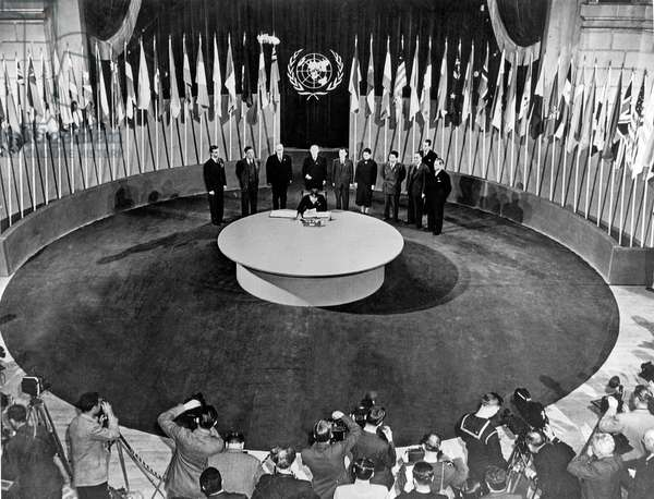 Signature of Chatrer of United nations par chinese representative at the San Francisco Opera House, June 26, 1945